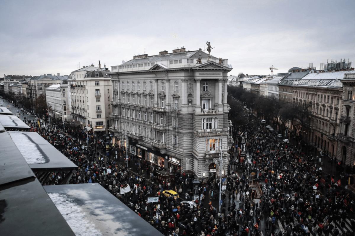 alkotmány utca tüntetés