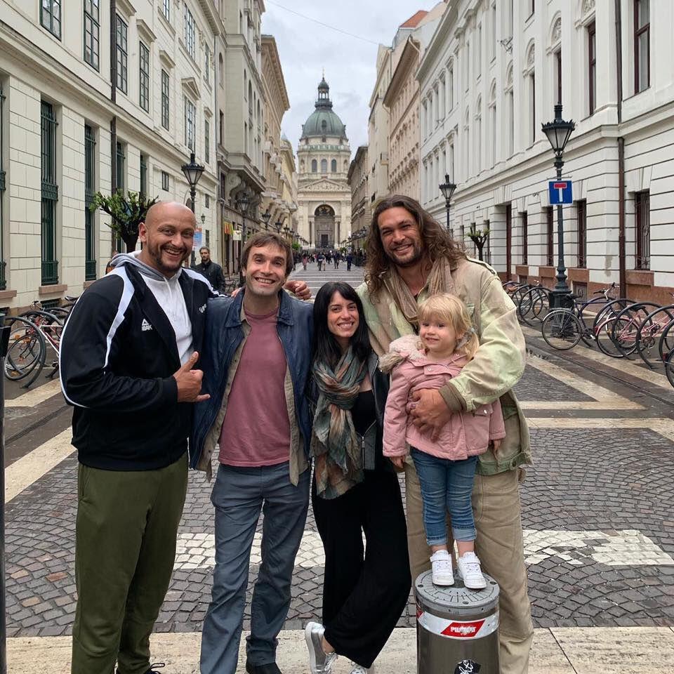 Így élvezi Budapest szépségét Jason Momoa a barátaival