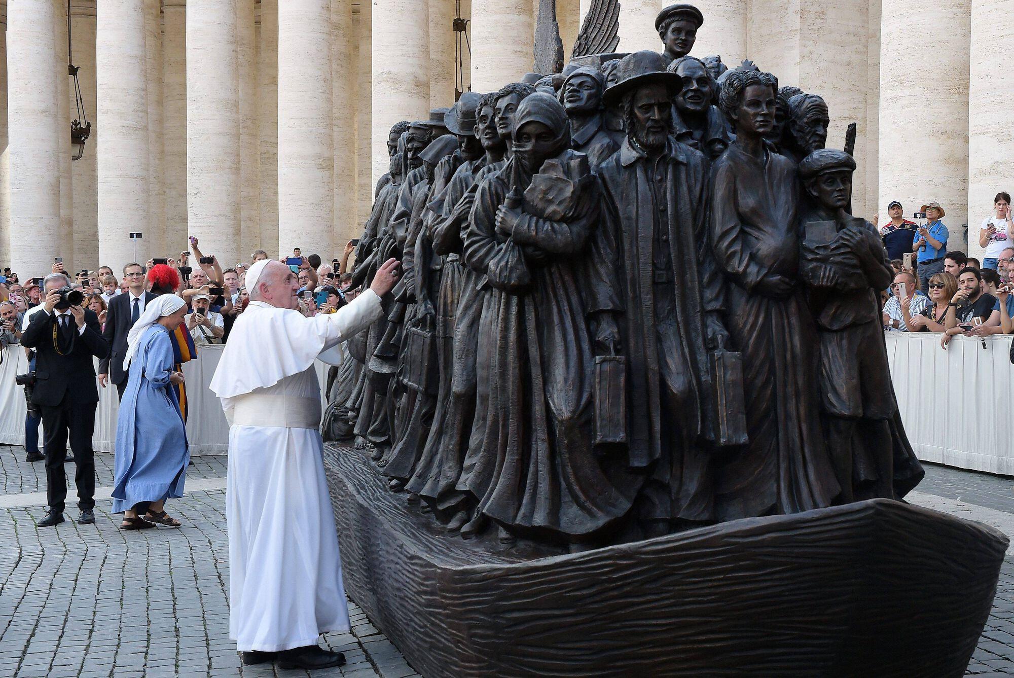 ferenc pápa migráns szobor