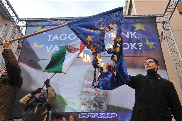 novák előd jobbik uniós zászlóégetés
