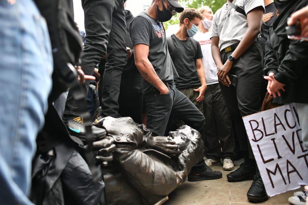Edward Colston black lives matter tuntetes szobor scaled 1