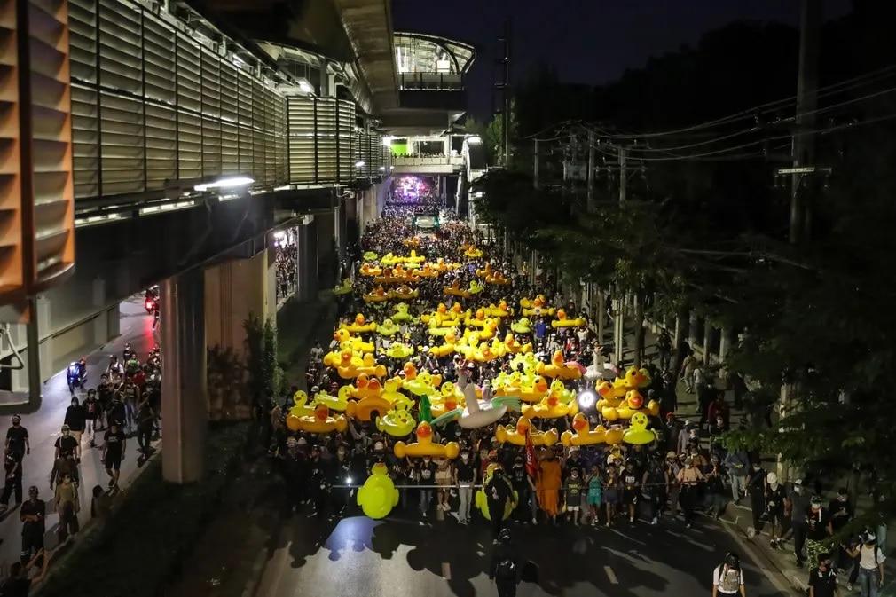 Bangkok Thaifold Tuntetes Gumikacsa Nap Fotoja