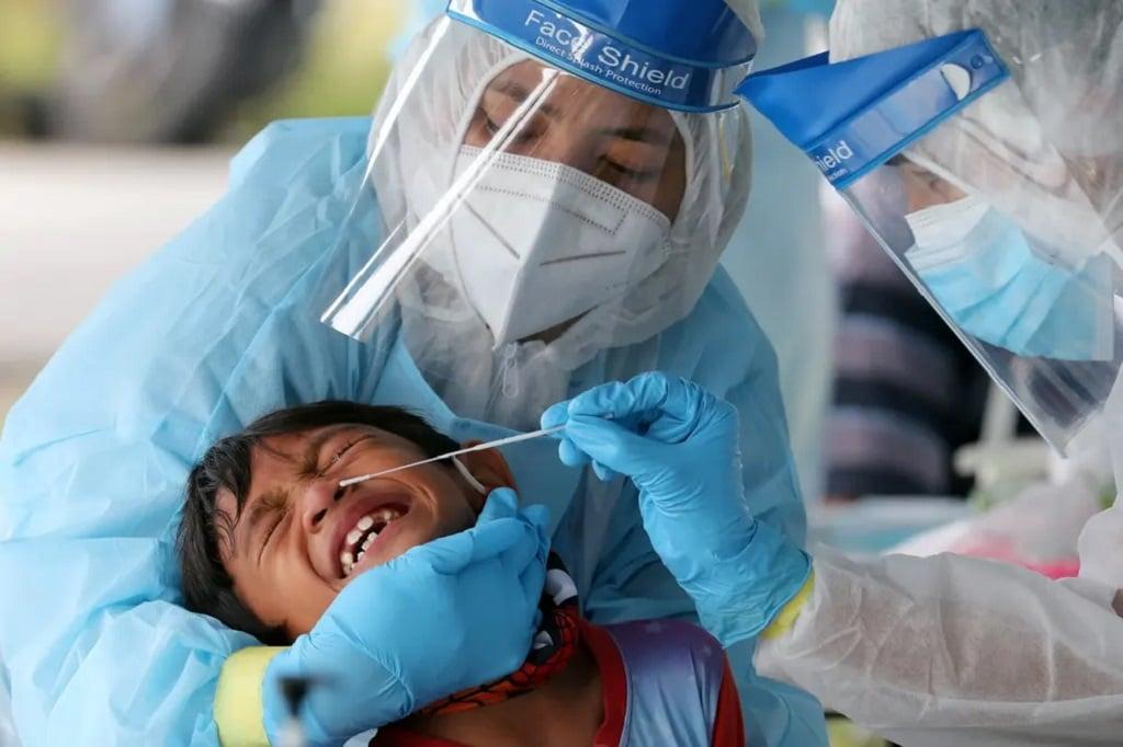 koronavirus teszt jarvany mintavetel orvos malajzia nap fotoja fotoriport
