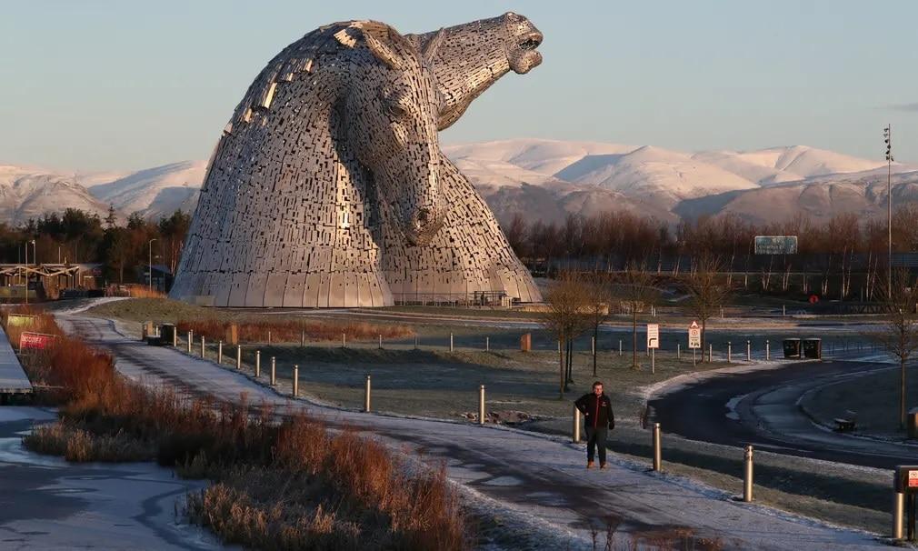 Skocia szobor the kelpies hegyek nap fotoja