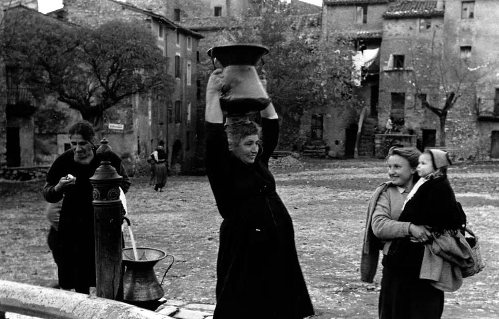 asszonyok nok kut viz vizhordas olaszorszag falu falusi elet