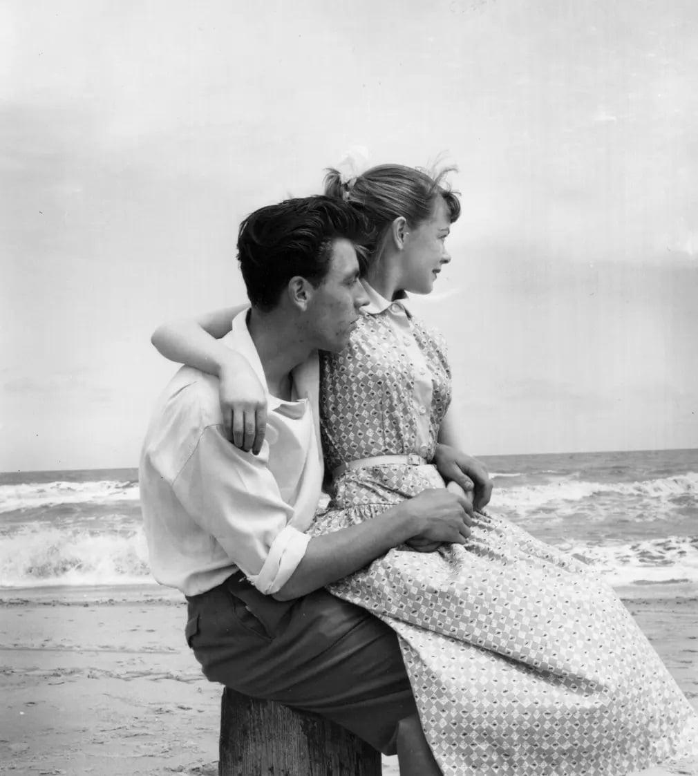 fiatal par ferfi no Butlin tabor szerelem tengerpart nap fotoja