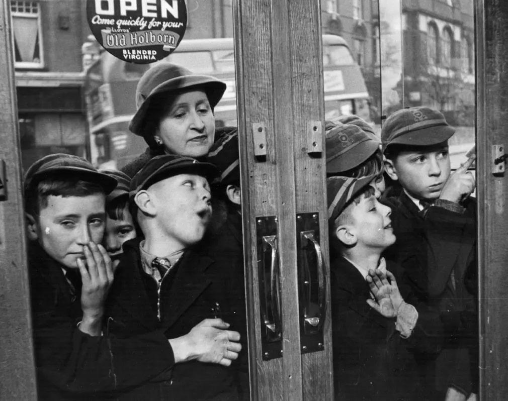 gyerekek kirakat bolt edesseg bolt varakozas nap fotoja