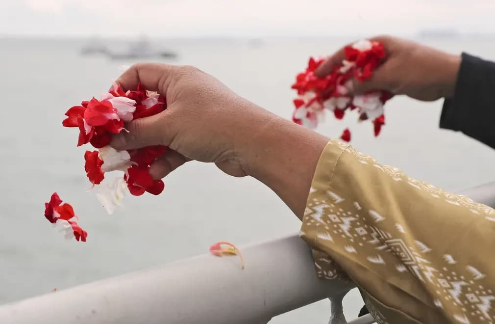 idonezia viragok tenger megemlekezes ceremonia repulogep nap fotoja