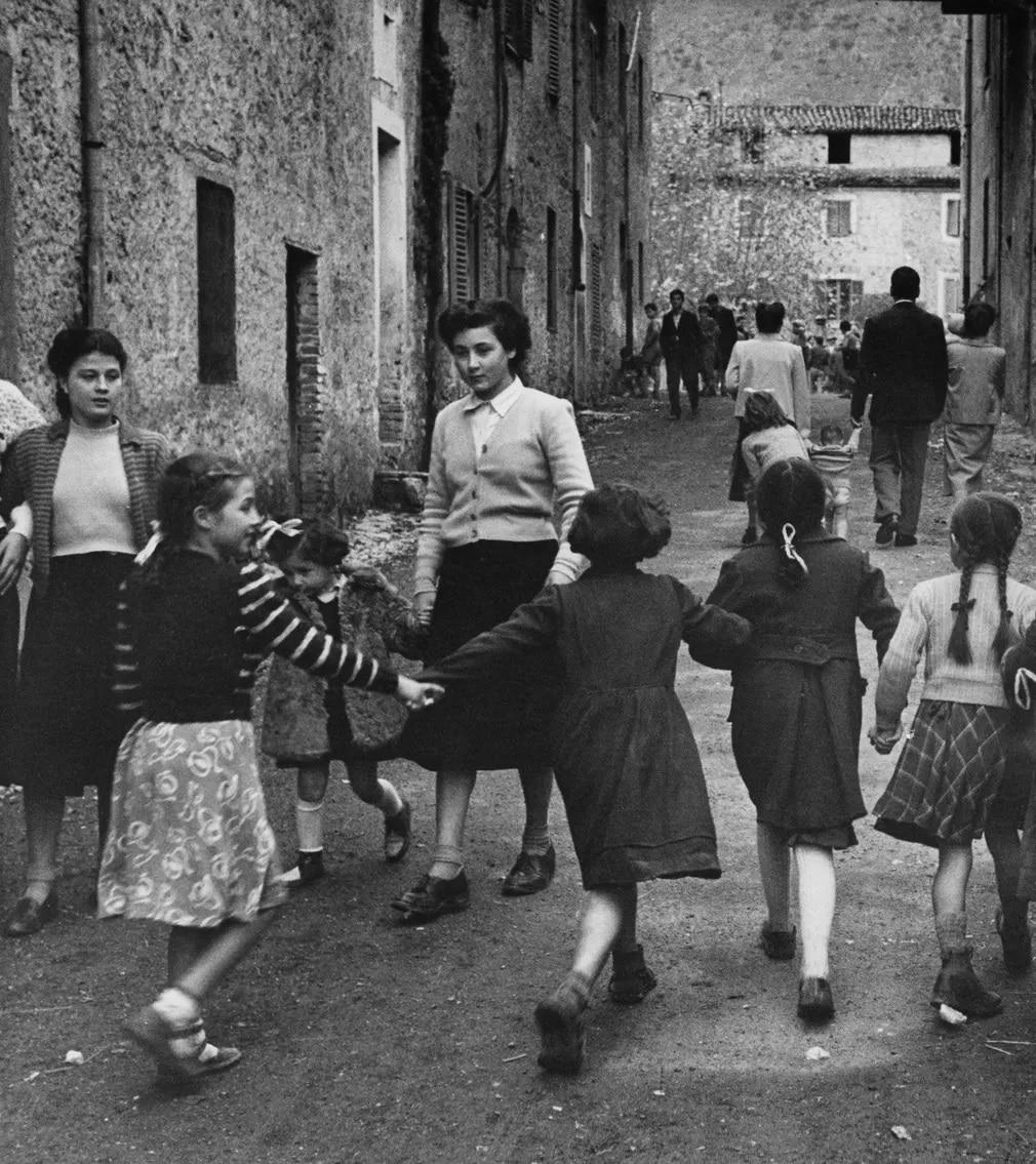 iskolas lanyok tanc csoport olasz falu falusi elet iskola nap fotoja