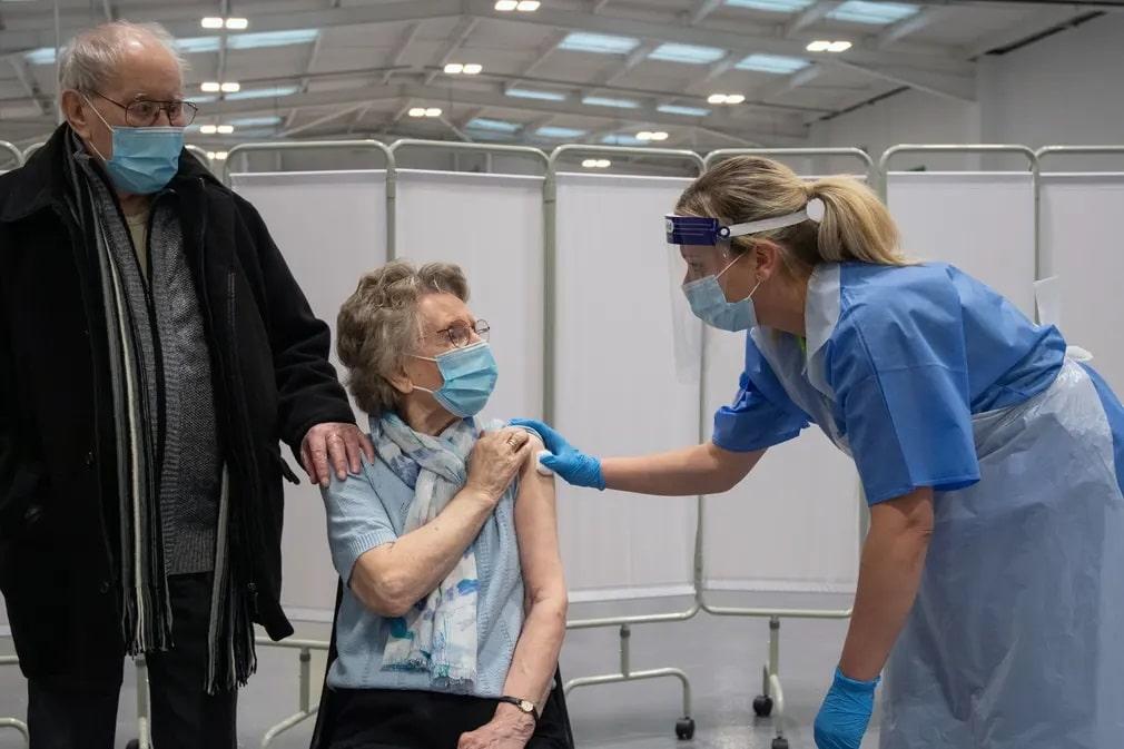 mansfield koronavirus oltas astrazeneca eskuvo nap fotoja