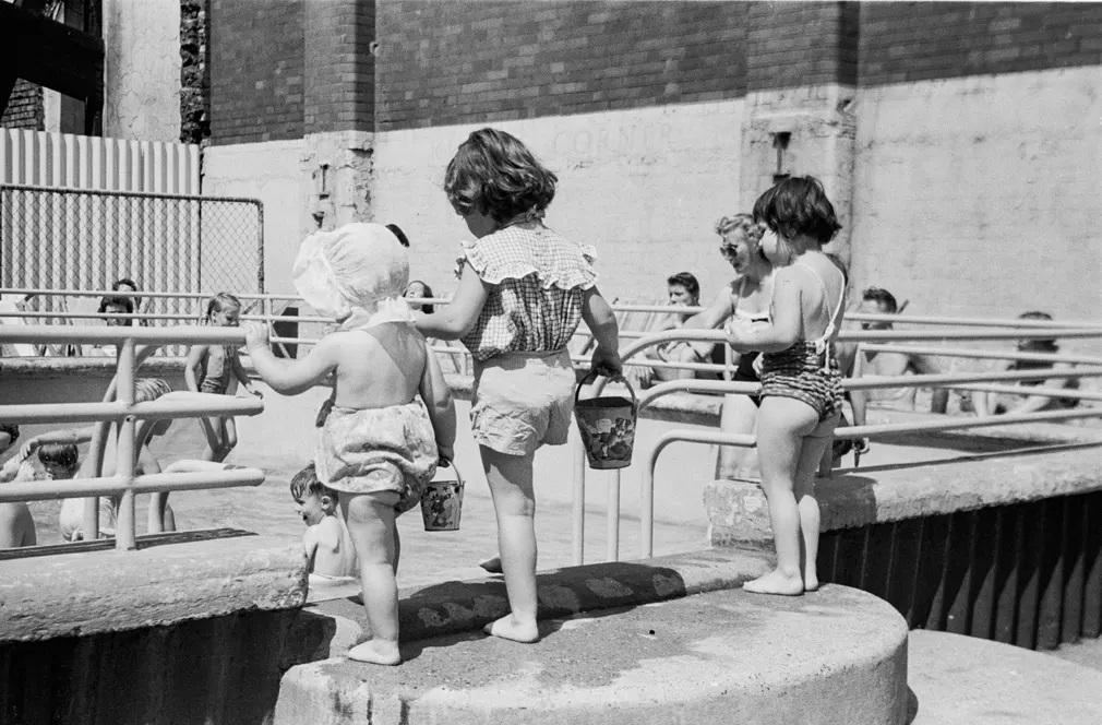 meleg nyar strand gyerekek teto medence nap fotoja