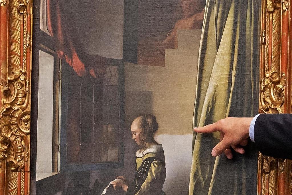 Vermeer A Nyitott Ablaknal Levelet Olvaso Lany Festmeny Rejtozkodo Kupido