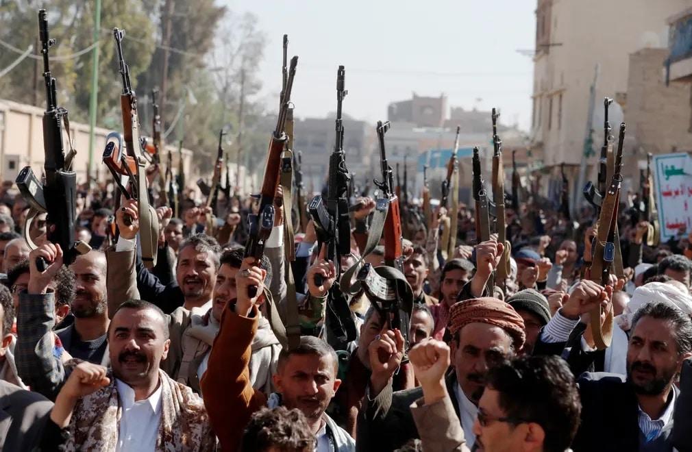 yemen fegyberek tuntetes ferfiak usa joe biden elnok nap fotoja