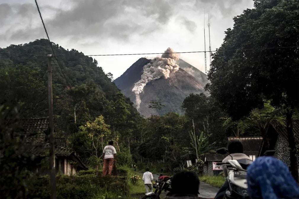 Yogyakarta Merapi Hegy Vulkan Kitores Hamu Nap Fotoja