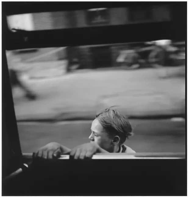 elliott erwitt new york fekete feher fotografus forografia kisfiu kapaszkodik nap fotoja