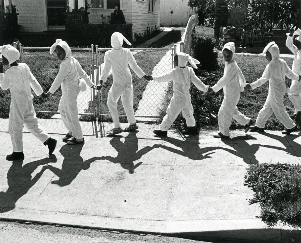 los angeles  fekete feher  gary krueger  vintage  kiallitas  nyuszi  husvet  gyerekek  nap fotoja