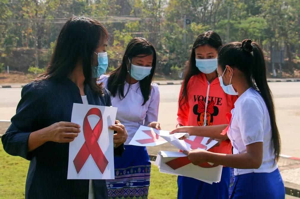 mianmar tuntetes puccs katonasag jelkep lanyok szalag nap fotoja