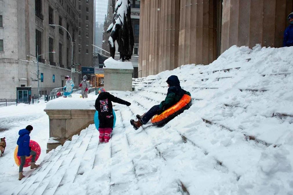 new york szankozas havazas gyerekek wall street lepcso nap fotoja