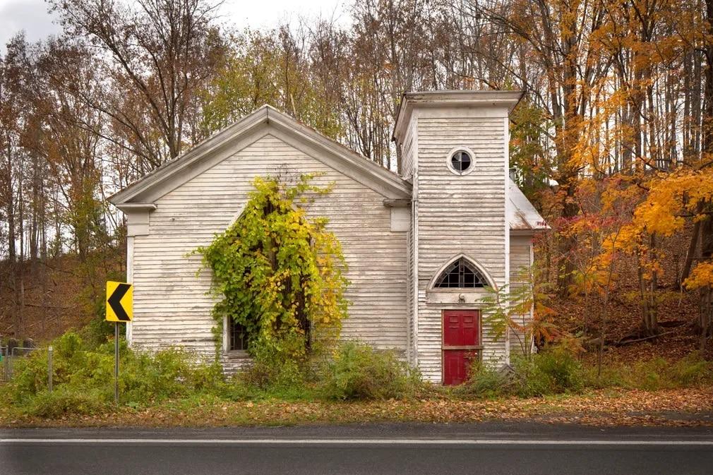 In Search of the Vernacular, Steve Gross, Susan Daley, omladozo hazak, romos hazak, fotokonyv, fotosorozat, Egyesult Allamok, templom